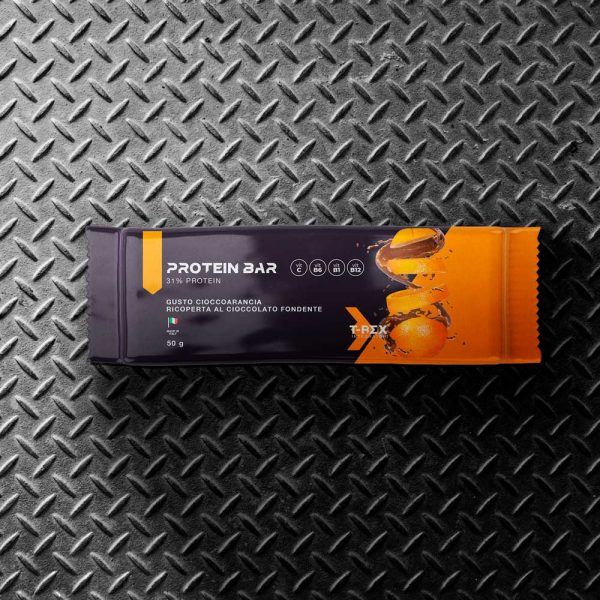 T-Rex Integratori, Protein Bar 31% baretta proteica a base di proteine whey e della soia arricchita con vitamine, ricoperta di cioccolato al gusto cioccoarancio. L'ideale per il tuo spuntino proteico